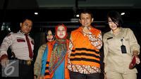 Gubernur Sumatera Utara nonaktif Gatot Pujo Nugroho bersama istrinya Evi Susanti, usai menjalani pemeriksaan KPK, Jakarta, Kamis (20/8/2015). Gatot diperiksa atas kasus dugaan suap kepada hakim dan panitera PTUN Medan. (Liputan6.com/Yoppy Renato)