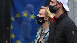 Sejumlah orang yang mengenakan masker berjalan di Brussel, Belgia, pada 8 November 2020. Kasus COVID-19 global melampaui angka 50 juta pada Minggu (8/11), menurut lembaga Center for Systems Science and Engineering (CSSE) di Universitas Johns Hopkins. (Xinhua/Zheng Huansong)