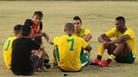 Pelatih sementara Persebaya, Sugiantoro, mengajak pemain asing bicara khusus, Selasa (13/8/2019), jelang melawan Arema. (Bola.com/Aditya Wany)