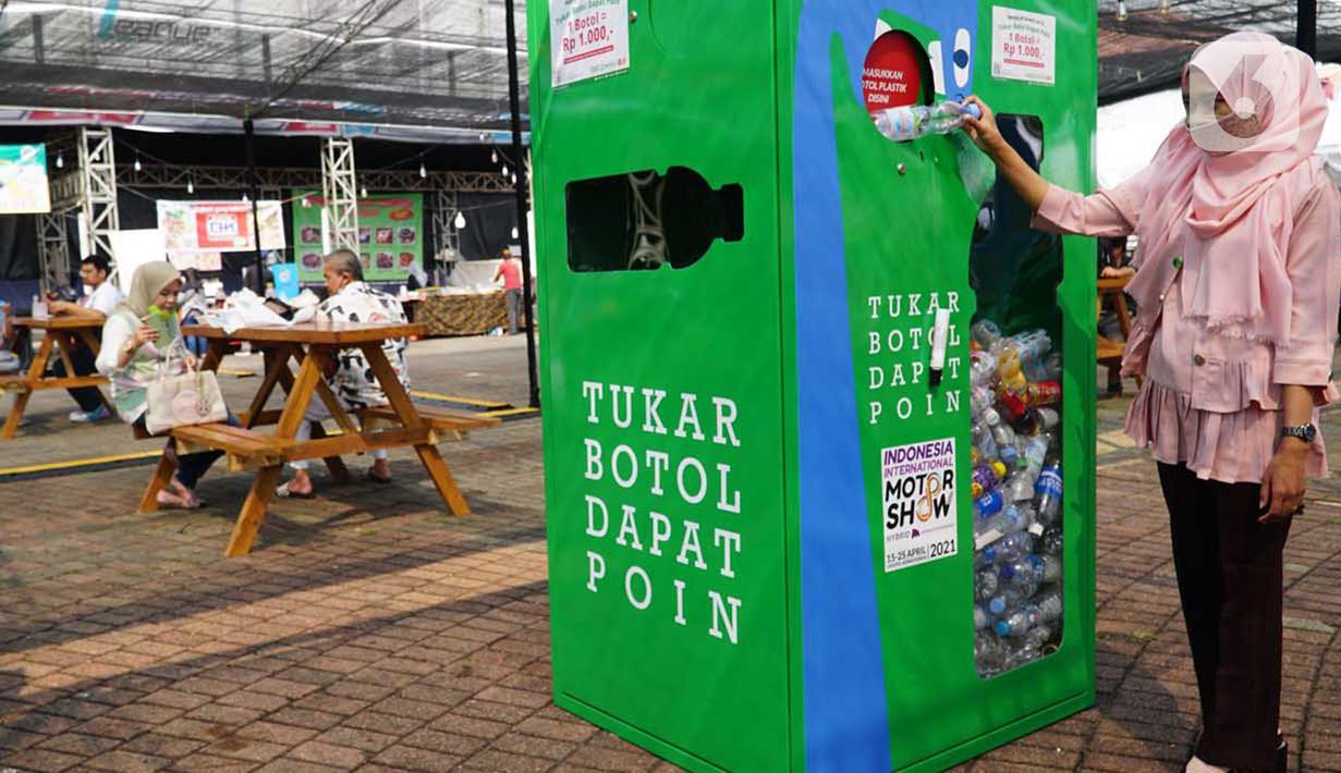 Pengunjung memasukkan botol plastik pada Mini Collection Point (MCP), PT Plasticpay Teknologi Daur Ulang di Jakarta, Minggu (16/05/2021).  Perusahaan berbasis sosial digital, mengajak perusahaan dan institusi aktif menerapkan eco green dalam kegiatan usaha mereka.(Liputan6.com/HO/INOV)