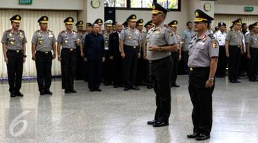 Kapolda Papua Brigjen Paulus Waterpauw (kedua kanan) saat upacara kenaikan pangkat di Ruang Rapat Utama Mabes Polri, Jakarta, Kamis (3/9/2015). Paulus mendapatkan kenaikan pangkat dari Brigjen ke Irjen. (Liputan6.com/Yoppy Renato)