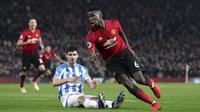 Gelandang Manchester United, Paul Pogba, melakukan selebrasi usai membobol gawang Huddersfield pada laga Premier League di Stadion Old Trafford, Rabu (26/12). Manchester United menang 3-1 atas Huddersfield. (AP/Martin Rickett)