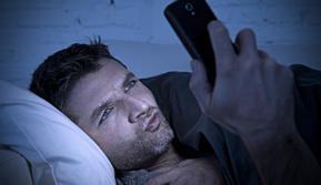 Ilustrasi menonton film porno - seks - gadget (iStockphoto)