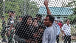 Narapidana bertemu dengan keluarganya setelah kerusuhan di Lapas Narkotika Kelas III Langkat, Sumatera Utara, Kamis (16/5/2019). Akibat peristiwa kerusuhan yang dilakukan para narapidana di Lapas itu mengakibatkan tiga mobil petugas rusak terbakar dan ratusan napi melarikan diri. (Ivan Damanik/AFP)