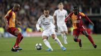 Gelandang Real Madrid, Eden Hazard berusaha melewati dua pemain Galatasaray pada pertandingan Grup A Liga Champions di stadion Santiago Bernabeu, Spanyol (6/11/2019). Madrid menang telak 6-0 atas Galatasaray. (AP Photo/Bernat Armangue)