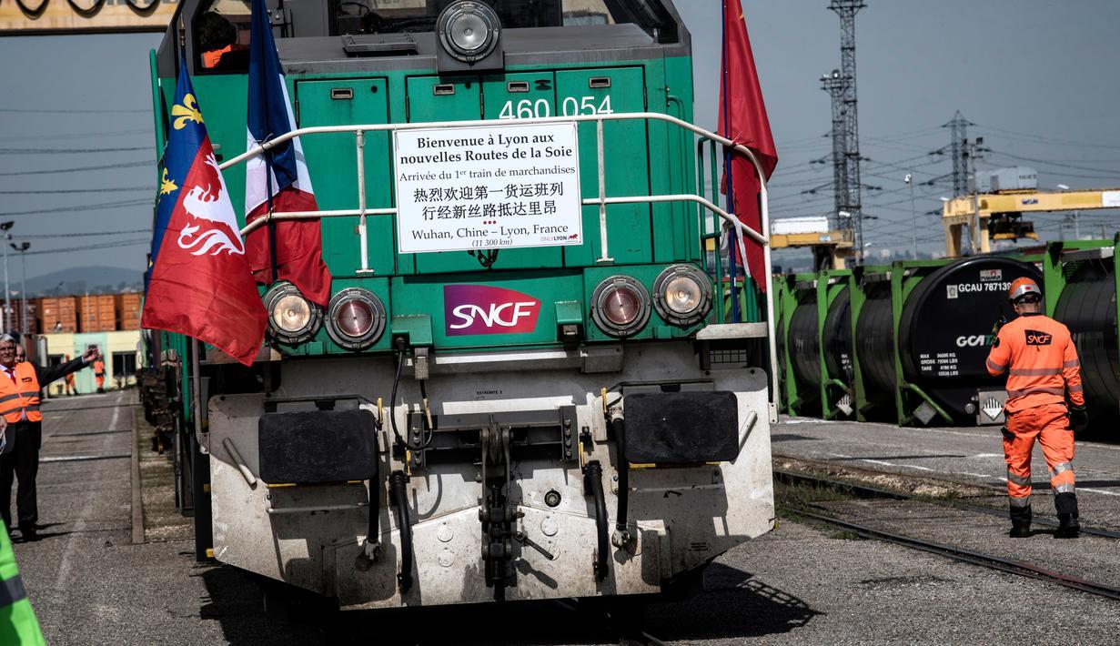 Kereta barang dari Wuhan, China, tiba untuk pertama kalinya di stasiun Saint-Priest, Lyon, Prancis, (21/4). Kereta ini mengangkut 41 kontainer dan menempuh perjalanan sepanjang 11.500 km dan memakan waktu selama 15 hari. (AFP PHOTO/JEFF PACHOUD)