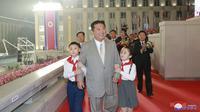 Pemimpin Korea Utara Kim Jong-un terlihat selama perayaan ulang tahun negara ke-73 negara itu di Lapangan Kim Il Sung di Pyongyang, Kamis (9/9/2021). Korea Utara dilaporkan menggelar parade militer pada dini hari dalam rangka merayakan HUT ke-73 (Korean Central News Agency/Korea News Service via AP)