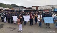 Ratusan nakes menunjukkan rasa duka atas meninggalnya suster Gabriella Meilani, salah seorang korban pembakaran Puskesmas Kiwirok oleh KKB belum lama ini. (Foto: IDI Papua)
