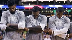 Para pemain Boston Celtics,  Amir Johnson, Jae Crowder, Gerald Green berpegangan tangan saat lagu kebangsaan dikumandangkan sebelum melawan Brooklyn Nets pada laga NBA preseason basketball game, Boston, Selasa (18/10/2016) WIB. (AP/Charles Krupa)