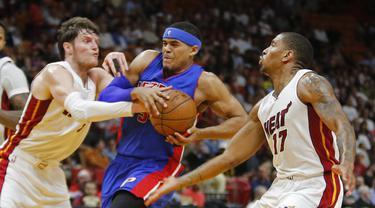 Pemain Detroit Pistons, Tobias Harris (tengah) berusaha keluar dari hadangan dua pemain Miami Heat pada laga NBA di American Airlines Arena, Miami, (01/01/2017). Pistons menang 107-98. (AP/Joe Skipper)