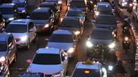 Kendaraan terjebak macet saat uji coba hari pertama penghapusan 3 in 1 di Jalan Sudirman, Senayan, Jakarta, Selasa (5/4). Uji coba penghapusan 3 in 1 ini akan dilakukan dua tahap yakni pada tanggal 5-8 April & 11-13 April 2016. (Liputan6.com/Johan Tallo)