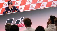 Pembalap Repsol Honda, Dani Pedrosa menghadiri konferensi pers jelang MotoGP Jerman di Hohenstein-Ernstthai, Kamis (12/7). Pedrosa dan Honda sepakat tidak melanjutkan kontrak yang berakhir tahun ini usai 13 tahun bersama. (AFP/dpa/Jan Woitas/Germany OUT)