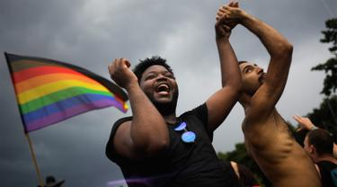 Dua pria menari saat mengikuti parade 'Gay Pride' di Berlin, Jerman, Sabtu (22/7). Pendukung gay dan lesbian berpesta setelah Parlemen Jerman melegalkan pernikahan sesama jenis. (AP/Markus Schreiber)