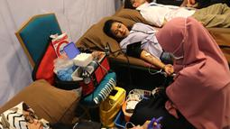 Sejumlah karyawan mendonorkan darah pada acara CR Week 2018 di Jakarta, Selasa (26/6). Kegiatan ini juga diisi pameran dan penjualan hasil kerajinan anak-anak sekolah luar biasa, serta distribusi 1.200 paket sembako. (Liputan6.com/Fery Pradolo)