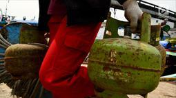 Pekerja membawa elpiji 3 Kg di Dermaga Kampung Nelayan Cilincing, Jakarta, Sabtu (19/5). Permintaan elpiji 3 Kg terus melonjak selama Ramadan 2018. (Liputan6.com/JohanTallo)