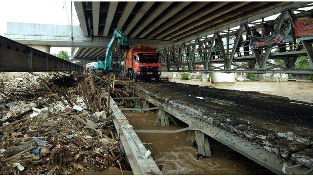 Akibat luapan Bendung Katulampa, Bogor, Sungai Ciliwung kini meluap. Luapan itu membawa sampah yang menumpuk. Salah satunya di kawasan Kalibata, Jakarta Selatan.