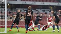 Alexandre Lacazette dari Arsenal mencetak gol pertama timnya selama pertandingan sepak bola perempat final Piala Liga Inggris lawan Manchester City di Emirates Stadium, London, Selasa, 22 Desember 2020. (AP Photo / Frank Augstein)
