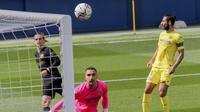 Penyerang Barcelona, Antoine Griezmann saat mencetak gol ke gawang Villarreal pada pertandingan La Liga Spanyol di stadion Ceramica di Villarreal, Spanyol (25/4/2021). Griezmann mencetak dua gol dan mengantar Baracelona menang tipis 2-1 atas Villarreal. (AP Photo/Alberto Saiz)