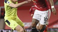 Bek Newcastle United, Emil Krafth dan penyerang Manchester United, Marcus Rashford bersaing pada pekan ke-25 Liga Inggris 2020/2021  di Old Trafford, Senin (22/2/2021) dini hari WIB. Manchester United sukses membungkam Newcastle dengan skor 3-1. (Stu Forster/Pool via AP)