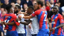 Japhet Tanganga (kiri kedua) menjadi salah satu faktor kekalahan perdana Tottenham Hotspur kala melawan Crystal Palace. The Lilywhites harus bermain dengan 10 pemain setelah Tanganga diganjar dua kartu kuning setelah ribut dengan Wilfred Zaha dan melanggar Jordan Ayew. (Foto: AFP/Justin Tallis)