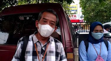 Asisten Manager Bank BRI Kantor Cabang Cepu, Bambang Winarno ketika diwawancarai Liputan6.com di halaman parkiran kantor Dinsos P3A Kabupaten Blora. (Liputan6.com/Ahmad Adirin)