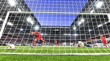 Pemain Inter Milan Nicolo Barella (kedua kiri) mencetak gol ke gawang Bayer Leverkusen pada perempat final Liga Europa di Duesseldorf Arena,  Dusseldorf, Jerman, Senin (10/8/2020). Inter Milan melaju ke semifinal usai mengalahan Bayer Leverkusen 2-1. (AP Photo/Martin Meissner)