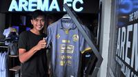 Jayus Hariono jadi pemain pertama yang mengenakan jersey ketiga Arema musim 2020. (Bola.com/Iwan Setiawan)