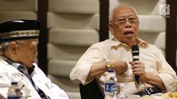 Mantan Ketua MA, Bagir Manan (kanan) memberi pandangan saat diskusi persoalan dualisme kepemimpinan di tubuh Dewan Perwakilan Daerah (DPD) RI di Jakarta, Rabu (13/2). (Liputan6.com/Helmi Fithriansyah)