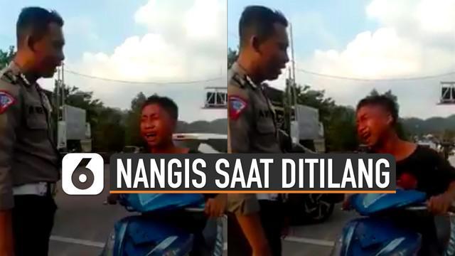 Anak tersebut terlihat menangis di atas motor sekaligus menggoyang-goyangkan setang.