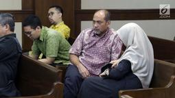 Terdakwa kasus suap dana hibah Kemenpora pada KONI yang juga Deputi IV Kemenpora Mulyana (kedua kanan) usai sidang pembacaan pledoi di Pengadilan Tipikor, Jakarta, Kamis (29/8/2019). Sebelumnya, JPU KPK menuntut Mulyana dengan hukuman 7 tahun dan denda Rp200 juta. (Liputan6.com/Helmi Fithriansyah)