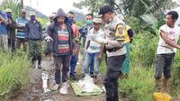 Foto : Polisi saat mendatangi lokasi kecelakaan maut yang menewaskan bocah lima tahun (Liputan6.com/Ola Keda)