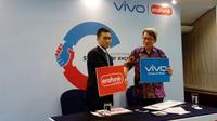(ki-ka) CEO Erafone Jeremy Sim dan CEO Vivo Indonesia James Wei. (Liputan6.com/ Mochamad Wahyu Hidayat)