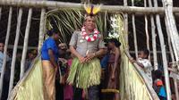Kapolda Papua Barat Brigjen Pol Paulus Waterpauw disematkan mahkota Burung Cenderawasih dari Suku Kurik. (Liputan6.com/Katharina Janur)
