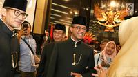 Gubernur dan Wakil Gubernur DKI Jakarta Anies Baswedan (tengah) dan Sandiaga Uno (kiri) berbincang usai rapat istimewa bersama DPRD Provinsi DKI Jakarta, Jumat (22/6). (Liputan6.com/Immanuel Antonius)
