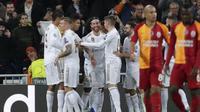 Bek Real Madrid, Sergio Ramos (keempat kiri) berselebrasi bersama rekan-rekannya setelah mencetak gol ke gawang Galatasaray pada pertandingan Grup A Liga Champions di stadion Santiago Bernabeu, Spanyol (6/11/2019). Madrid menang telak 6-0 atas Galatasaray. (AP Photo/Manu Fernandez)