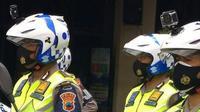 Pemasangan Kopet pada helm Polantas (istimewa)