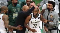 Pemain Bucks Khris Middleton (no 22) menjadi pahlawan di gim empat NBA Finals 2021 (AFP)