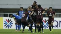Para pemain PSM Makassar merayakan gol yang dicetak oleh Guy Junior ke gawang Home United pada laga Piala AFC 2019, Selasa (30/4). PSM menang 3-2 atas Home United. (Bola.com/M Iqbal Ichsan)
