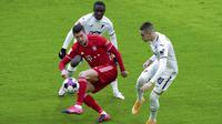 Striker Bayern Munchen, Robert Lewandowski, melepaskan tendangan saat melawan Hoffenheim pada laga Bundesliga di Stadion Allianz Arena, Sabtu (30/1/2021). Bayern Munchen menang dengan skor 4-1. (Sven Hoppe/dpa via AP)