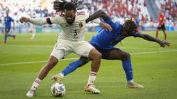 Italia berupaya mendominasi pertandingan sejak dimulainya babak pertama. Namun, pertahanan sang lawan mampu menyulitkan lini serang Italia. Hingga 15 menit pertama, tak ada serangan yang benar-benar berbahaya. (AP/Antonio Calanni)