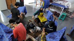 Perajin menyelesaikan proses pembuatan batik di  Batik Tradisiku, Bogor, Jawa Barat, Kamis (6/8/2020). Anjloknya penjualan batik mencapai 50 hingga 60 persen selama masa pandemi ini. (merdeka.com/Arie Basuki)