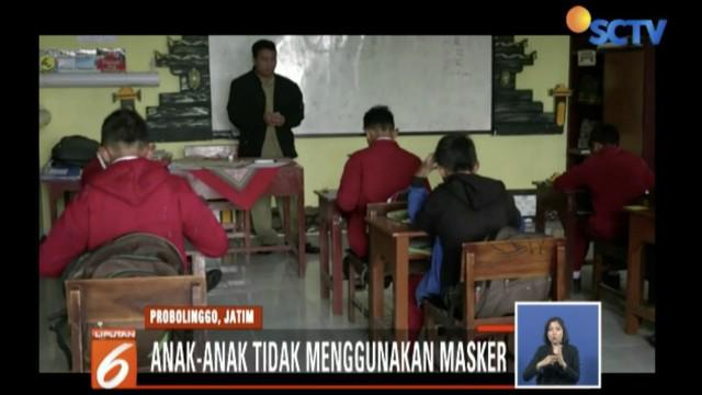 Meskipun diterpa hujan abu vulkanik Gunung Bromo, para siswa di SDN Ngadisari Probolinggo tetap masuk sekolah demi ujian.