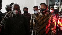 Menteri Dalam Negeri Tito Karnavian (kanan) didampingi Ketua KPU Arief Budiman (kiri) saat tiba di Kantor KPU, Jakarta, Kamis (30/7/2020). Tito Karnavian mengunjungi Kantor KPU dalam rangka membahas pelaksanaan Pemilihan Serentak 2020. (Liputan6.com/Johan Tallo)