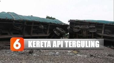 Kamis siang, kereta api bermuatan semen terguling di jalur dua Stasiun Doplang, Kecamatan Jati, Blora.