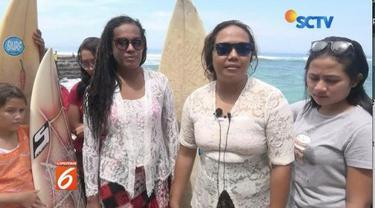 Untuk memperingati Hari Kartini, komunitas surfing remaja putri di Lombok Barat, Nusa Tenggara Barat, berselancar menggunakan kebaya.