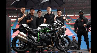 Jajaran Manajemen PT Kawasaki Motor Indonesia (KMI) memperlihatkan motor varian hyperbike Ninja H2 saat peluncurannya di Sirkuit Sentul, Bogor, Jumat (16/1). (ANTARA FOTO/Jafkhairi)