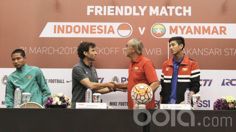 Pelatih Timnas Indonesia U-22, Luis Milla dan pelatih Myanmar, Gerd Zeise, memberikan keterangan dalam konferensi pers jelang laga persahabatan di Hotel Aston Sentul, Bogor, Senin (20/3/2017).