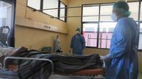 Petugas kesehatan RSUD Anutapura Palu memperagakan penanganan pasien Covid-19 di ruang isolasi saat simulasi. (Foto: Liputan6.com/ Heri Susanto).