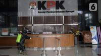 Petugas menyemprotkan cairan disinfektan di lobby Gedung KPK, Jakarta, Jumat (5/6/2020). Langkah tersebut sebagai upaya preventif pencegahan penularan virus corona COVID-19 jelang new normal di tengah pandemi. (merdeka.com/Dwi Narwoko)