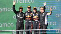 Pembalap Red Bull Racing, Max Verstappen, berhasil mengungguli Lewis Hamilton untuk meraih podium juara di F1 GP Amerika Serikat 2021, Senin (25/10/2021). (AFP/Robyn Beck)